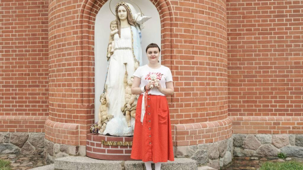 «Blumen statt Steine»: Ein Bild der belarusischen Fotografin Kseniya Halubovich zum Protest der Frauen in Minsk, welches im «Dunant Plaza» in Heiden gezeigt wird.