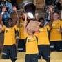 YBs neuer Captain Fabian Lustenberger stemmt den Uhrencup-Pokal