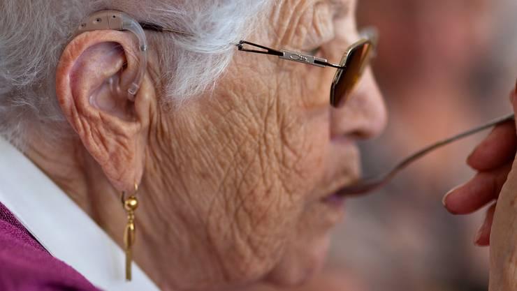 Trotz Systemwechsel erachtet der Bund die Preise für Hörgeräte als zu hoch. (Symbolbild)