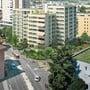 Der mehrstöckige Gebäudekomplex ist gegenüber dem lachsfarbenen Schulhaus Bachmatt geplant.
