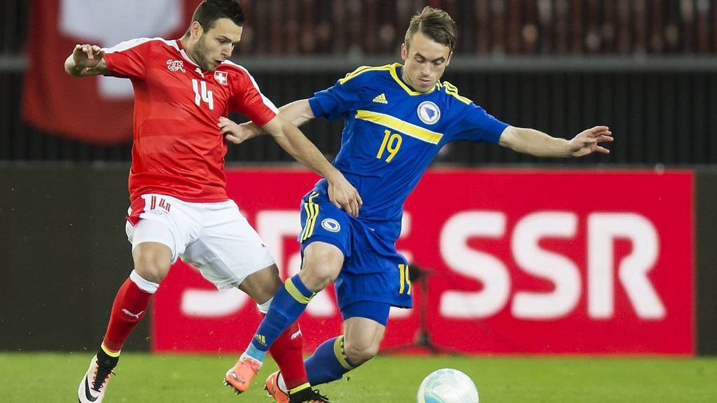 epa05235024 Swiss midfielder Renato Steffen, left, fights for the ball with Bosnia-Herzegovina's midfielder Edin Visca, right, during the friendly soccer match between Switzerland and Bosnia and Herzegovina at the Letzigrund stadium in Zuerich, Switzerland, Tuesday, March 29, 2016.  EPA/JEAN-CHRISTOPHE BOTT