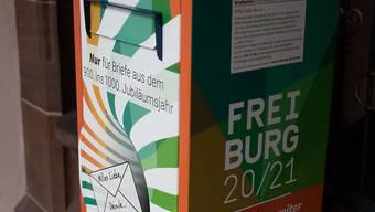 Ein Briefkasten, in den Freiburger Bürger Briefe an die Stadt Freiburg des Jahres 2120 einwerfen können, steht vor dem Rathaus der Stadt. Die Bürger sind aufgerufen, einen Brief zu schreiben, der erst in 100 Jahren zugestellt wird. Foto: Philipp von Ditfurth/dpa