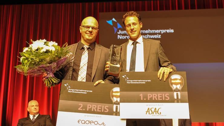 So sehen stolze Jungunternehmer aus: Vladimir Cmiljanovic (rechts), CEO von Piqur, mit dem ersten Preis und Mimedis-Chef Ralf Schuhmacher, der gestern im Congress Center in Basel den zweiten Preis entgegennehmen durfte.