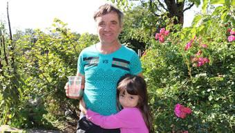 «Wir trinken Wasser nur noch mit schlechtem Gefühl»: Hans Hug und seine Tochter wohnen in einer der Liegenschaften beim Ebnihof.