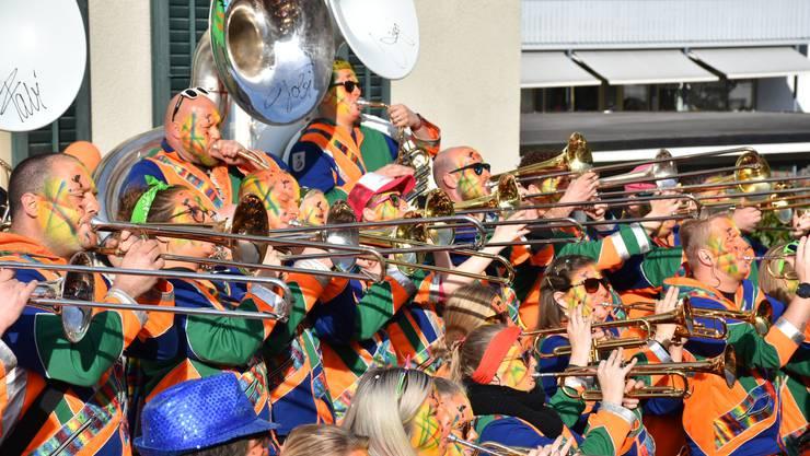 Die Guggenmusik Häxenschränzer unterhält Schaulustige.
