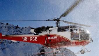 Ein Helikopter der Air-Glaciers über dem Skigebiet von Verbier