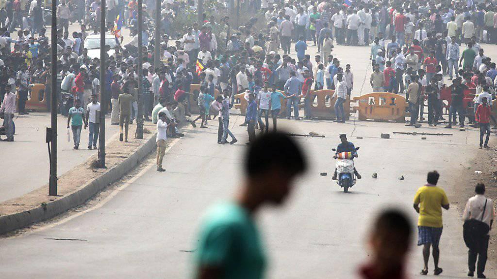 Eine Gruppe von Dalit-Aktivisten blockiert eine Strasse in Mumbai.