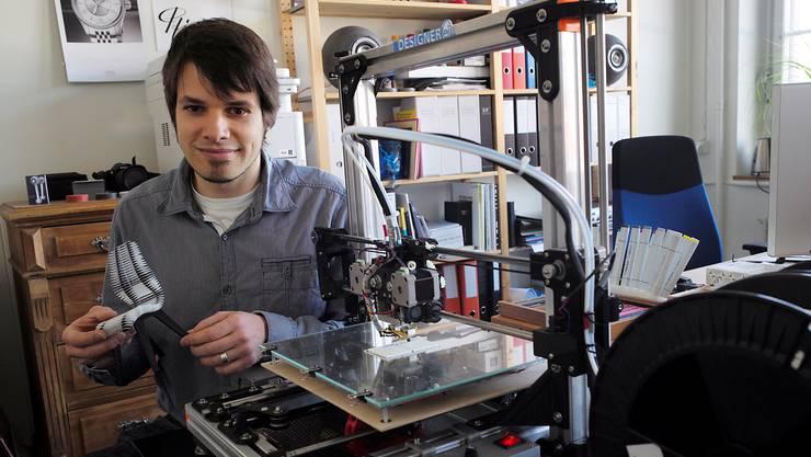 Das Stuhlmodell in Sebastian Pfirters Hand ist auf dem von ihm konstruierten Drucker im Vordergrund entstanden.