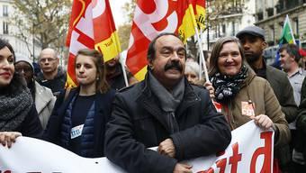 Mitglieder der Gewerkschaft CGT machen in Paris ihrem Unmut Luft.