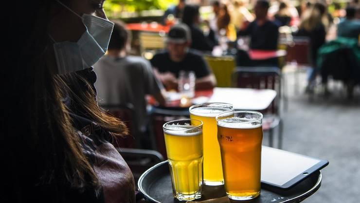 Trotz explodierender Corona-Fallzahlen bleiben die Restaurants in der Schweiz weiter bis 23 Uhr offen. (Bild: Keystone)