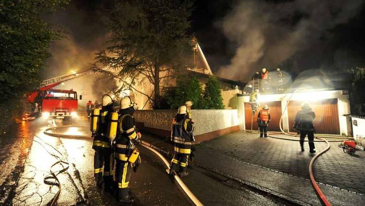 Feuerwehrleute löschen Brenos Villa