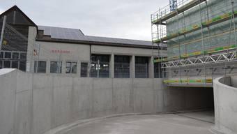 Der Bau der neuen Mehrzweckhalle in Hausen ist schon weit fortgeschritten. Für die neuen Parkplätze in der Tiefgarage soll eine Gebühr erhoben werden. (Bild vom April 2018)