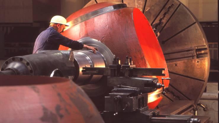 Ein Kugelschieber in Bearbeitung auf einer Grossdrehbank im Werk Klus.