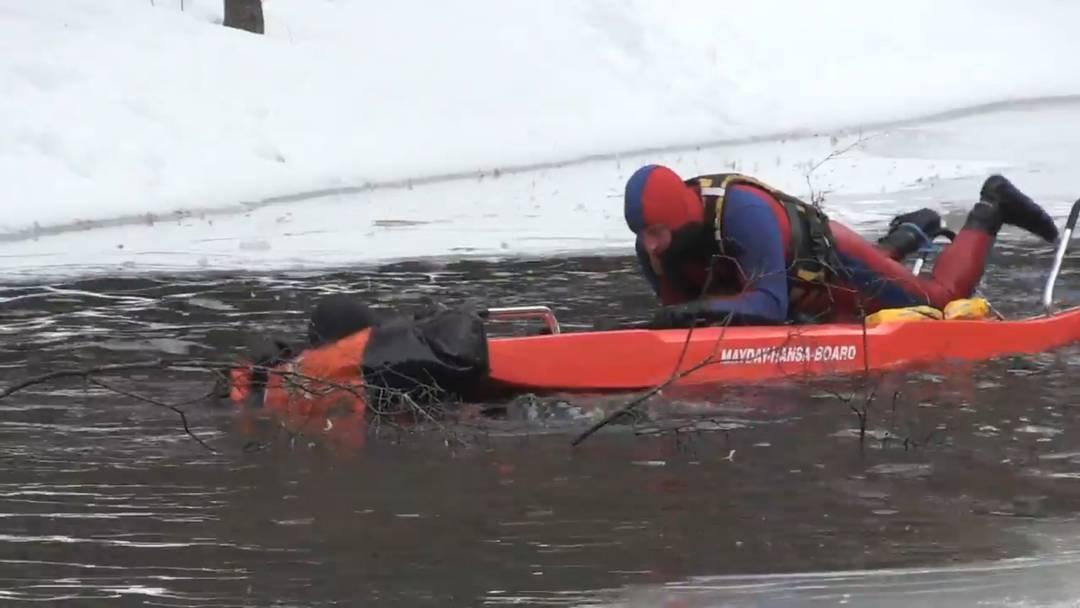 Rettungsübung auf gefrorenem See
