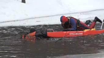 Auf einem gefrorenen See ist die Rettung einer eingebrochenen Person heikel – so machen es die Profis.