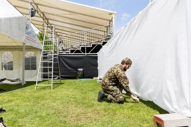 WK-Soldaten montieren einen Sichtschutz am Zaun der Schwingarena, während Aufbauarbeiten für das Aargauer Kantonalschwingfest, am 4. Mai 2017 in Brugg. Das 111. Aargauer Kantonalschwingfest findet am 7. Mai im Schachen in Brugg statt.