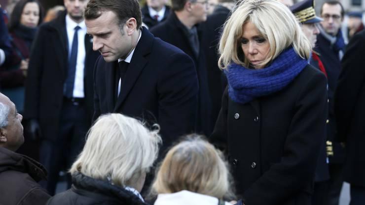 Frankreichs Präsident Emmanuel Macron und seine Frau Brigitte sprechen am Montag in Paris mit Angehörigen von Opfern der Terroranschläge vom 13. November 2015.