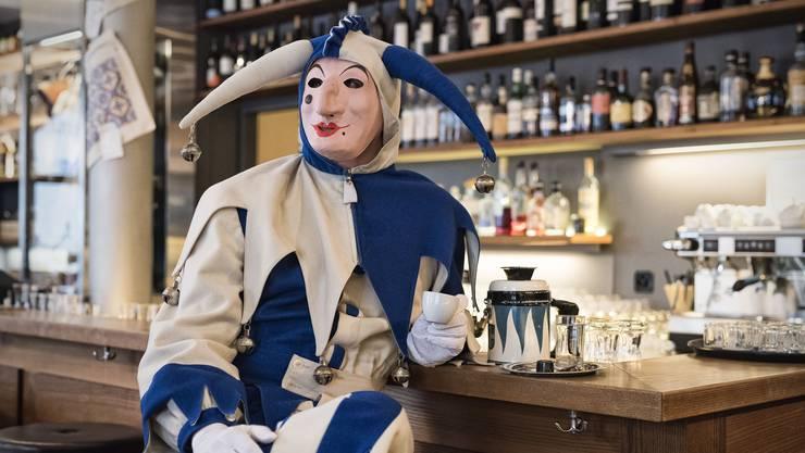 Ein seltenes Bild Der Ueli entspannt sich bei einem Espresso – selbstverständlich in einer Kleinbasler Bar.