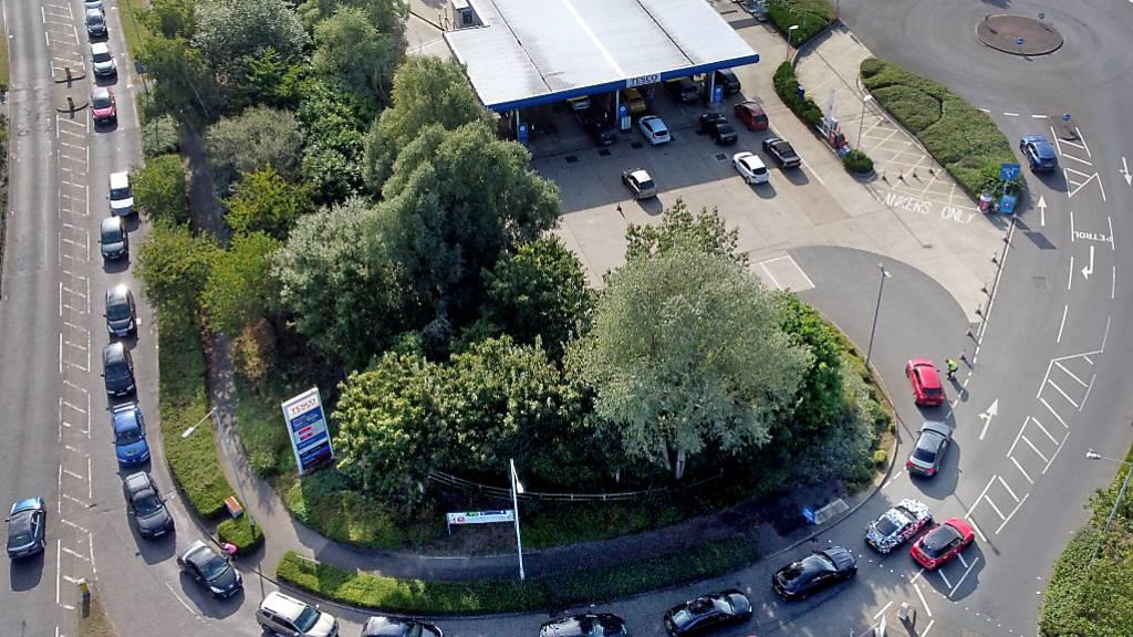dpatopbilder - Autofahrer stehen in Ashford mit ihren Pkw an einer Tankstelle für Benzin in einer langen Warteschlange an. Foto: Gareth Fuller/PA Wire/dpa