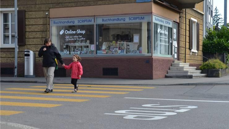 Auf städtischem Gebiet gilt ein Schulweg unter bestimmten Verkehrsbedingungen auch dann als Kindergärtlern nicht zumutbar, wenn er weniger als 1,4 Kilometer lang ist.