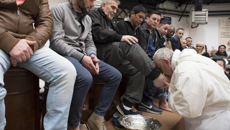Papst Franziskus am Donnerstag bei der Fusswaschung an Häftlingen im römischen Gefängnis Regina Coeli.