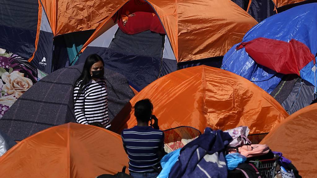 Zelte von Migranten, die in den USA Asyl suchen, stehen am Grenzübergang in Tijuana. Angesichts von «Rekordzahlen» ankommender Migranten an der US-Grenze zu Mexiko hat die US-Regierung die Katastrophenschutzbehörde Fema mobilisiert.
