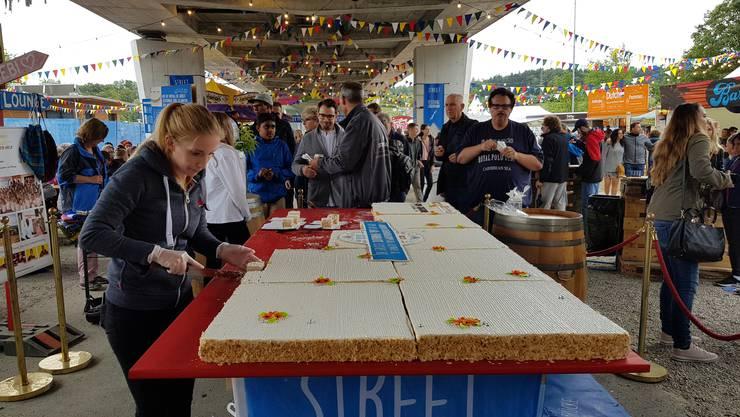 Stück für Stück der grössten Solothurner Torte der Welt wird verteilt
