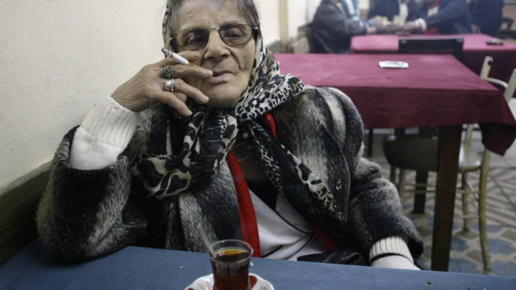 Eine Frau beim Tee in Istanbul: Pro Jahr trinken Türken im Durchschnitt 1000 Gläser davon. (Symbolbild)