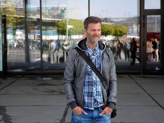 Alain Sutter vor dem Campus Brugg-Windisch