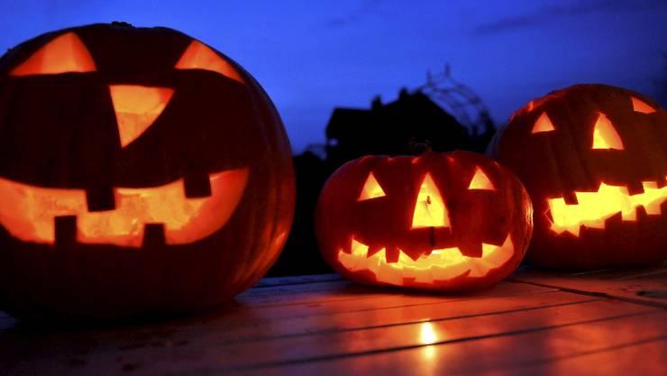 Die Halloween-Welle schwappte aus den USA nach Europa: Ausgehöhlte Kürbisse mit eingeschnitzten Fratzen leuchten in der Nacht.