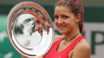 Rebeka Masarova mit der Trophäe ihres ersten grossen Titels, jenem an den Junioren-French-Open. Keystone