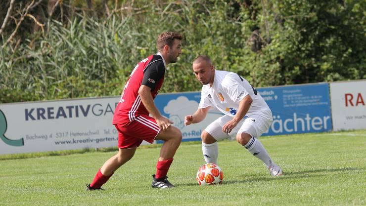 Der Klingnauer (links) kann sich gegen die Abwehr des FC Freienbach nicht durchsetzen. (Bild: H. Mutter)