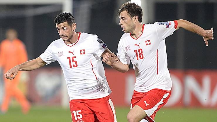Blerim Dzemaili und Admir Mehmedi vor einem Jahr im gewonnenen Auswärtsspiel in San Marino.