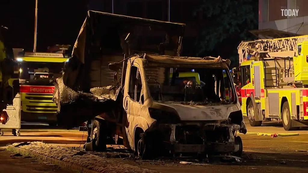 Mutmassliche Brandstifter zünden vier Autos der Post an
