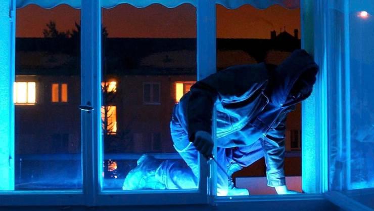Durch ein gekipptes Fenster gelangten die Einbrecher ins Gebäude. (Symbolbild)