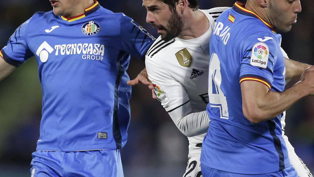 Real Madrids Isco (Mitte) biss sich an Getafes Spielern die Zähne aus