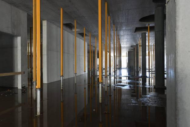 Im Untergeschoss des 300 Meter langen Verbindungsgangs.