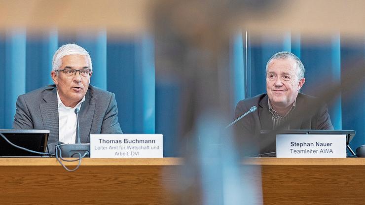 Thomas Buchmann, Leiter des Amts für Wirtschaft und Arbeit, (links) sowie Teamleiter Stephan Nauer erhalten viele Kurzarbeitsgesuche.