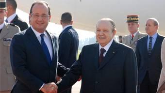 Der algerische Präsident Abdelaziz Bouteflika (r.) begrüsst François Hollande am Flughafen von Algiers.