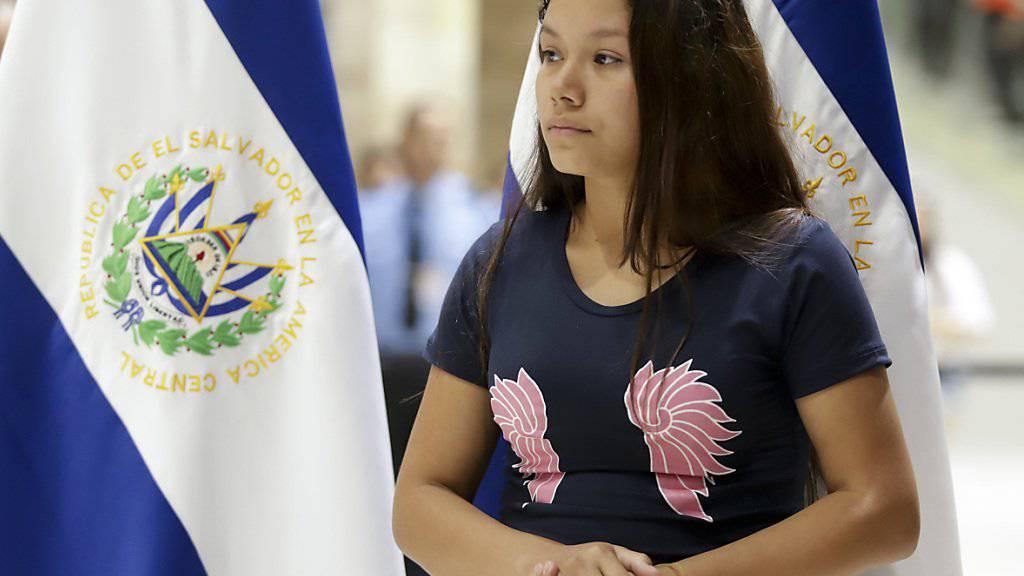 Die 21-jährige Tania Ávalos  am Flughafen von San Salvador.