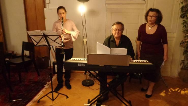 Sängerin Gitta mit Instrumental-Begleitung