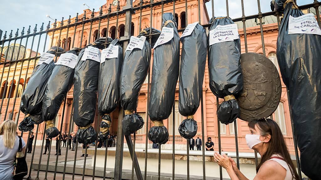 Protest mit Leichensäcken gegen «VIP-Impfungen» in Argentinien