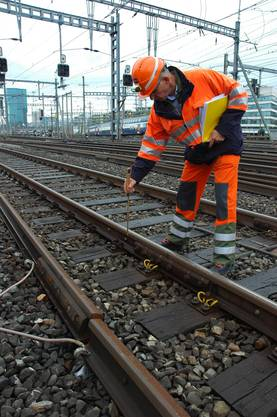 Daniel Engler zeigt  eine geflickte Gleisstelle