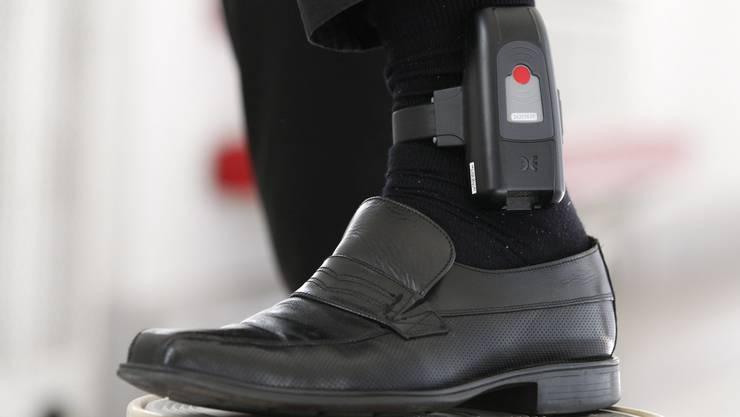 Elektronische Fussfesseln bieten die Möglichkeit, kurze Freiheitsstrafen auch ausserhalb der Gefängnismauern zu verbüssen.