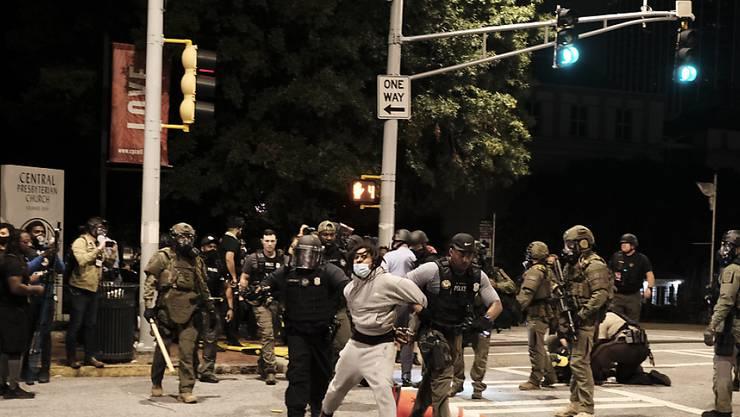 Polizisten nehmen in Atlanta einen Demonstranten fest, bei einem Protest gegen die Justizentscheidung nach dem Tod von Breonna Taylor. Foto: John Arthur Brown/ZUMA Wire/dpa