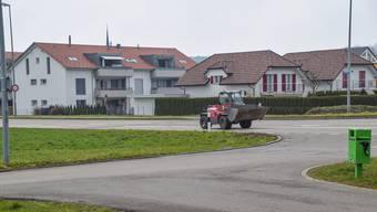 Der Radweg soll neu von der Bahnhofstrasse (unterer Bildrand) ein Stück weit ostwärts und erst dort über die Kantonsstrasse geführt werden. So müssen die Schüler die gefährliche Kreuzung Heim nicht mehr queren.