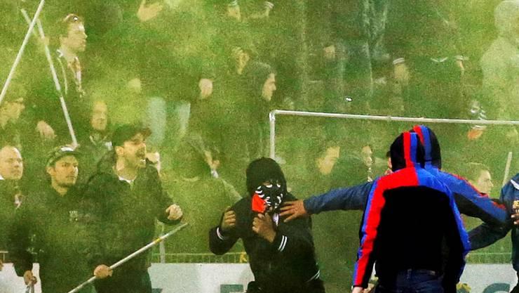 Kurz nach dem Schlusspfiff im Brügglifeld: Gewalttätige Basler Fans greifen die Aarauer an. Key