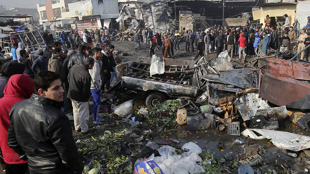 Zerstörte Marktstände nach dem Anschlag auf einen Markt in Bagdad.