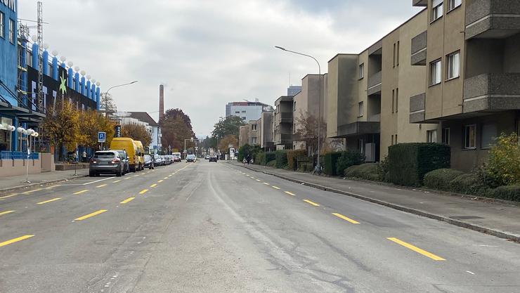 Das Tiefbauamt hat auf der Baslerstrasse 77 Parkplätze durch breite Velostreifen ersetzt.