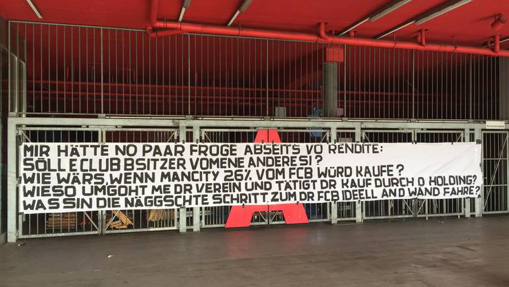 Dieses Banner wurde am Freitagmittag vor dem Eingang zur Haupttribüne platziert.